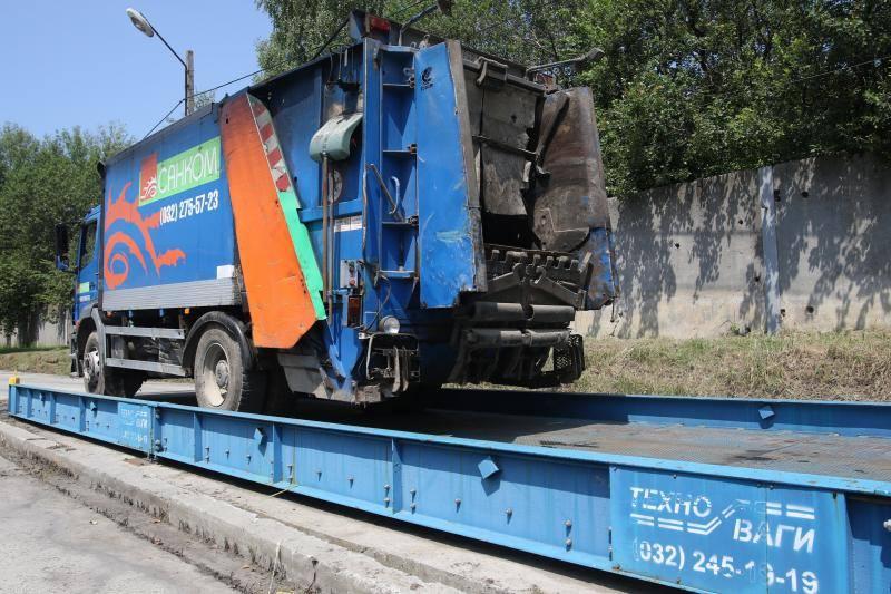 Усе сміття зі Львова, що вивозять, зважують на вагах
